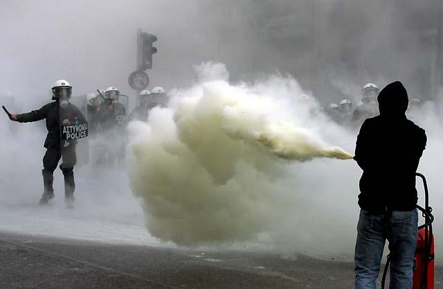 Al menos nueve heridos en Grecia en las violentas manifestaciones por la muerte de un joven