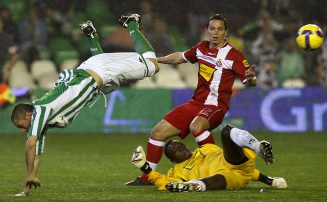 El Sevilla sustituye al Madrid en zona 'Champions' (3-4)