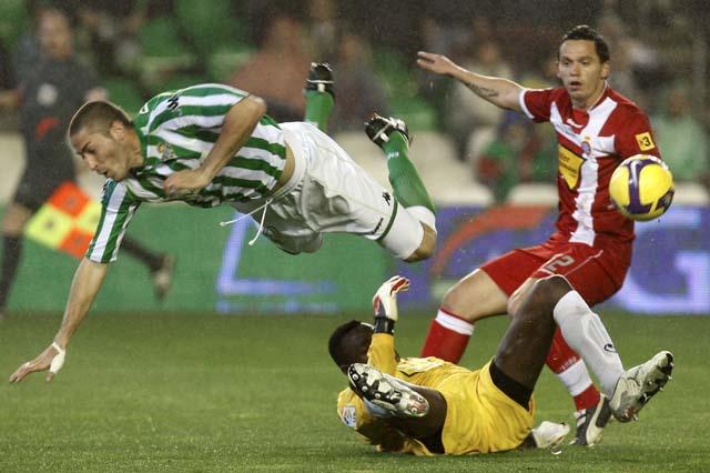 El Depor prolonga su racha tras vencer a un Málaga que plantó cara (2-0)