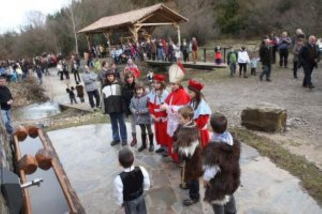 Burgui inaugura dos aserraderos y una fuente en el Día del almadiero