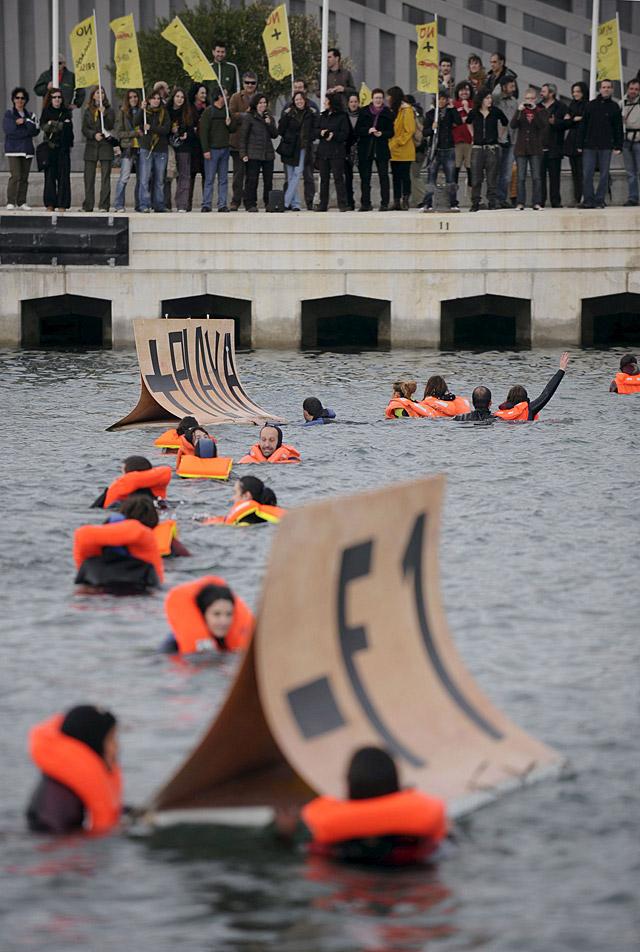 Un grupo ecologista bloquea una de las entradas al puerto de Valencia