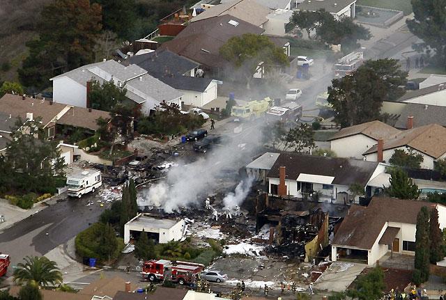 Al menos tres muertos al estrellarse un caza F-18 en un área residencial de la ciudad de San Diego