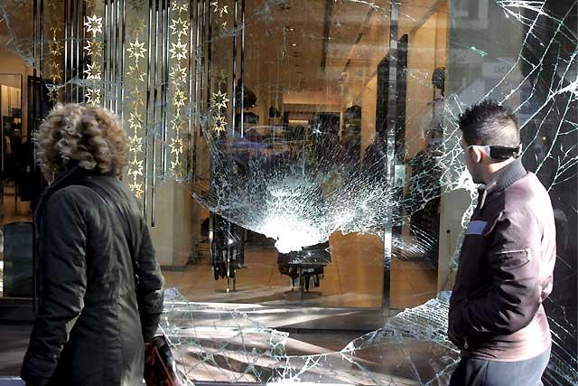 Nueva jornada de disturbios en Grecia en el día del enterramiento del joven abatido por la policía