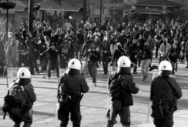 Continúan los disturbios en Grecia en el día del funeral del adolescente muerto