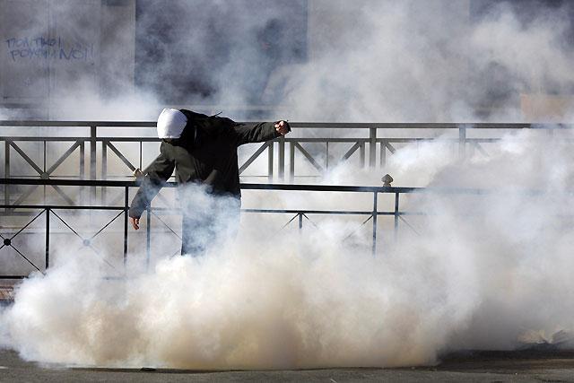 Unos doscientos radicales se enfrentan a la policía en las calles de Atenas