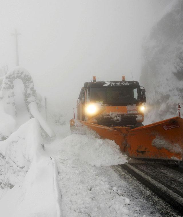 La nieve no causa graves problemas en las carreteras navarras