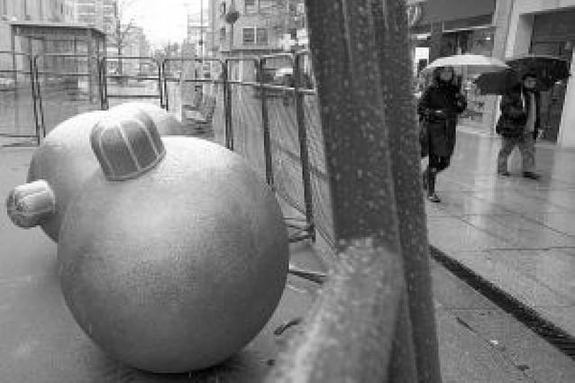Bolas de Navidad protegidas contra los vándalos en Pamplona