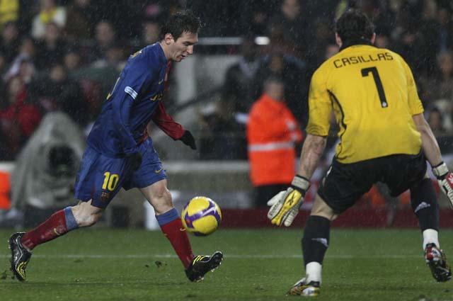 El Valencia remonta ante un Espanyol en inferioridad (2-1)