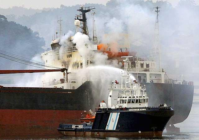 Arde un buque mercante chipriota en la ría de Arousa