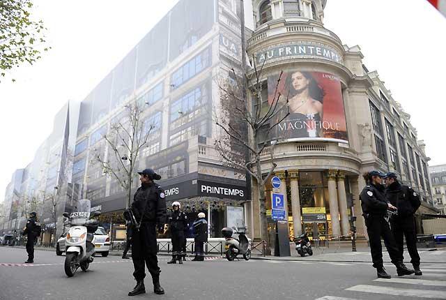 Francia aumenta la seguridad tras hallar explosivos en un gran almacén de París