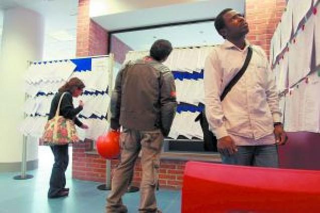 Los desempleados compiten con los estudiantes para lograr empleo en Navidad