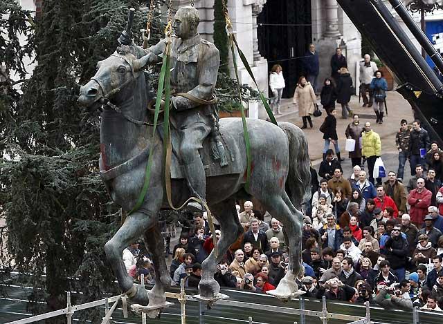 Retirada la última estatua ecuestre de Franco en Santander