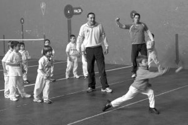 Aspe transmite pasión por la pelota en Huarte
