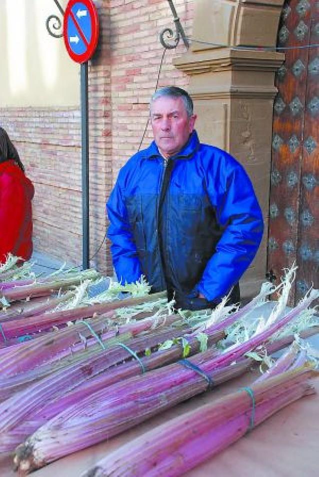 Corella vende su típico cardo rojo