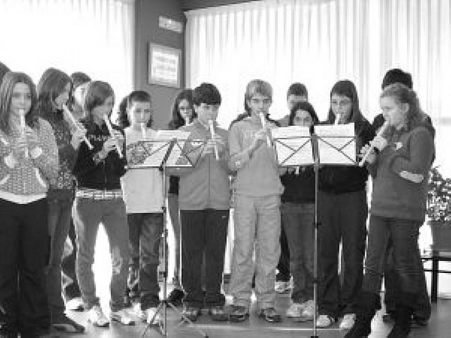 El instituto de Mendavia canta para los mayores