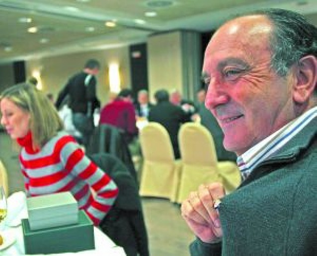 El club impuso la insignia de oro al periodista Jesús Riaño