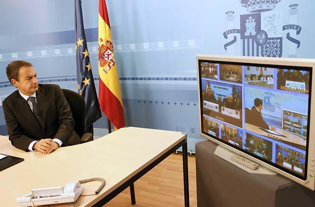 """Zapatero agradece a las tropas españolas en el exterior su """"valentía y dignidad"""" en la defensa de la paz"""