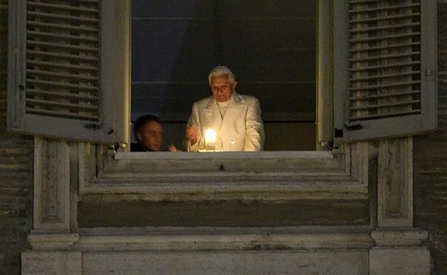 El Papa enciende el Cirio de la Paz y es inaugurado el Belén del Vaticano