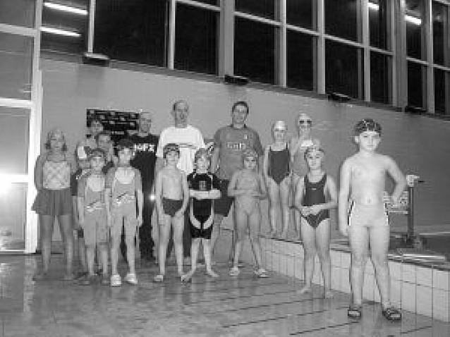 Cien nadadores toman la piscina