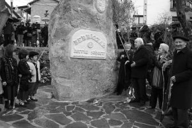 Berriozar recuerda sus mil años de historia con un monolito