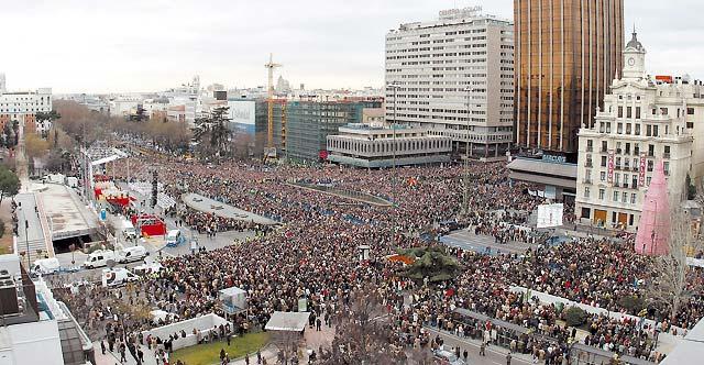 Multitudinaria misa por la familia y mensaje del Papa en la plaza de Colón de Madrid