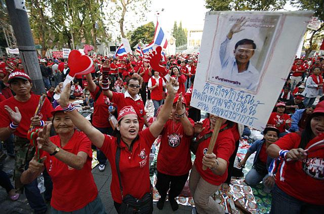 Miles de opositores bloquean el Parlamento en Bangkok