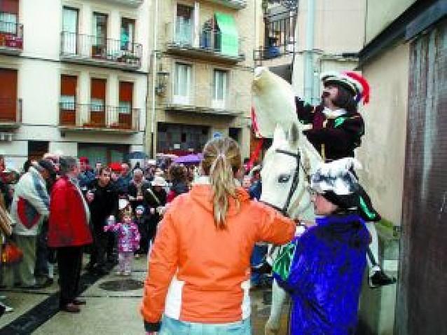 El pregonero de los Reyes paseó su anuncio por las calles de Estella