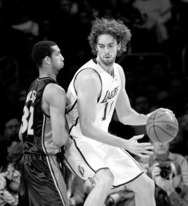 Gasol y Bryant se divirtieron con los Lakers frente a los Warriors