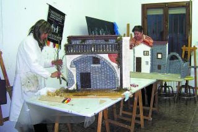 Nueve vecinas realizan el belén instalado en la parroquia