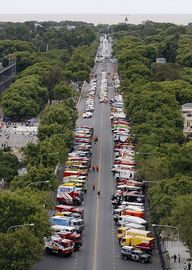 """Rugen cientos de motores en la salida """"simbólica"""" del Dakar 2009"""