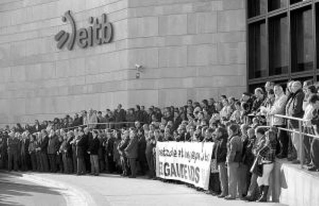 Cientos de personas se concentran contra ETA ante el edificio atacado