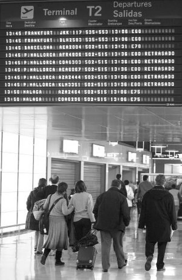Más de 500 retrasos de vuelos y 32 cancelaciones convierten a Barajas en un caos