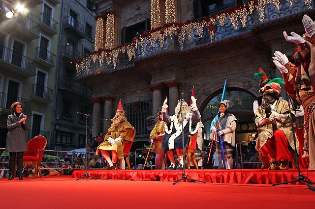 Los Reyes Magos son recibidos en Pamplona por una multitud de niños