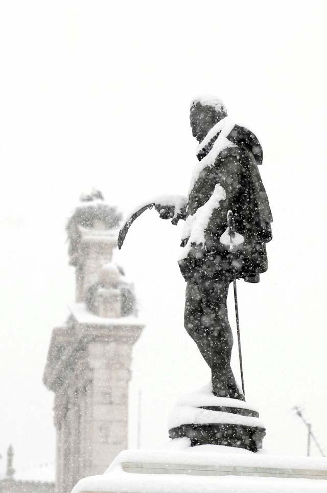 El temporal de frío y nieve sume a Madrid en el caos