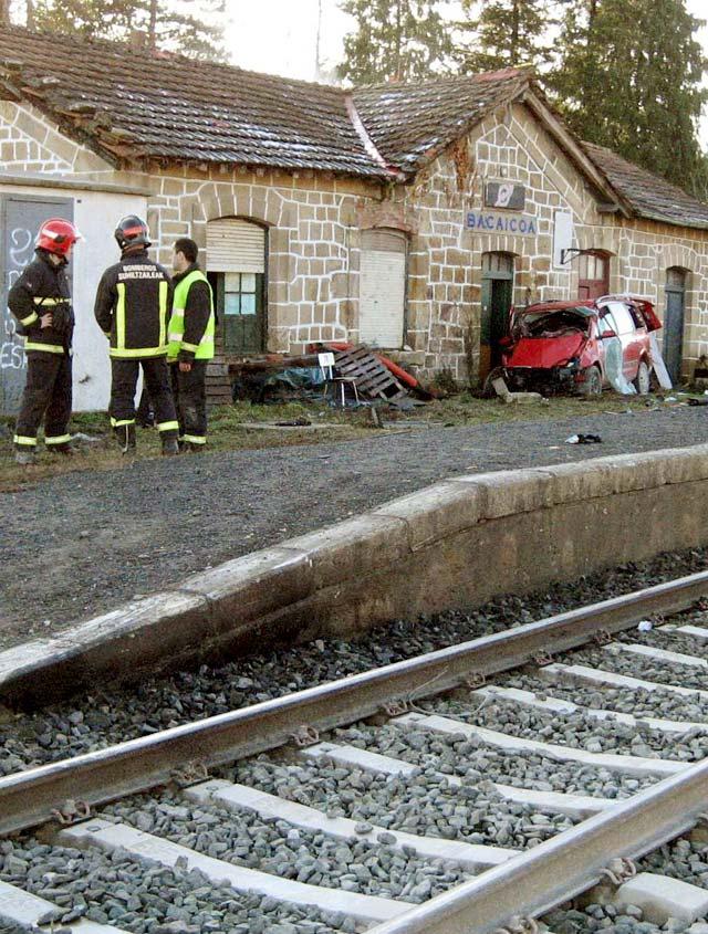 Un tren vuelve a arrollar a un vehículo en el paso a nivel de Bakaiku y deja un herido