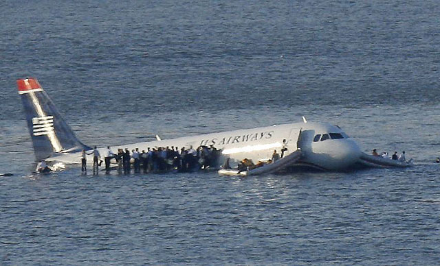 Todos los pasajeros del avión que ha caído al río en Nueva York se encuentran vivos