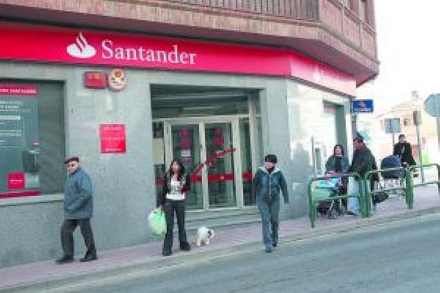 Roban 6.000 euros a punta de pistola en el Banco Santander de Milagro