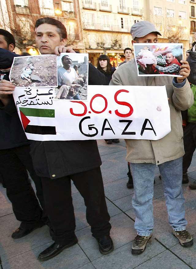 """Cientos de personas condenan en Pamplona """"la injustificable e inhumana"""" acción militar de Israel en Gaza y exigen """"su fin inmediato"""""""