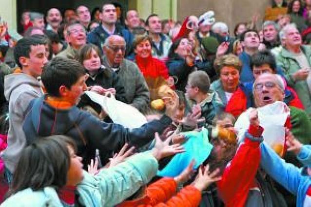 El reparto de pan y vino vuelve a Los Arcos por San Vicente