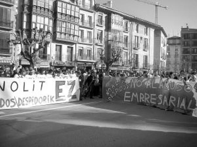 Un millar de personas se manifiesta contra los 35 despidos en Renolit