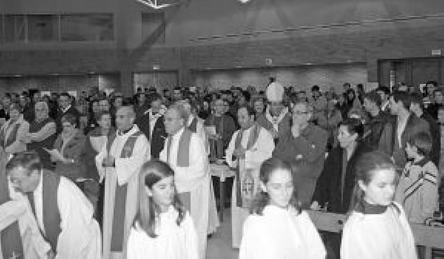 El obispo celebra su cumpleaños en una misa con los jóvenes