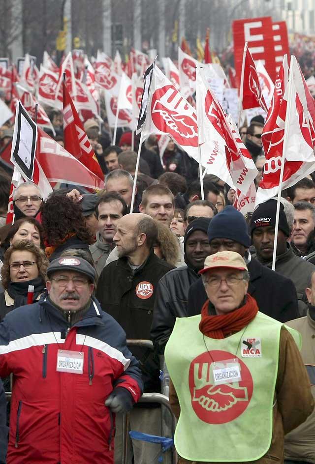Miles de trabajadores se manifiestan en Zaragoza contra los despidos