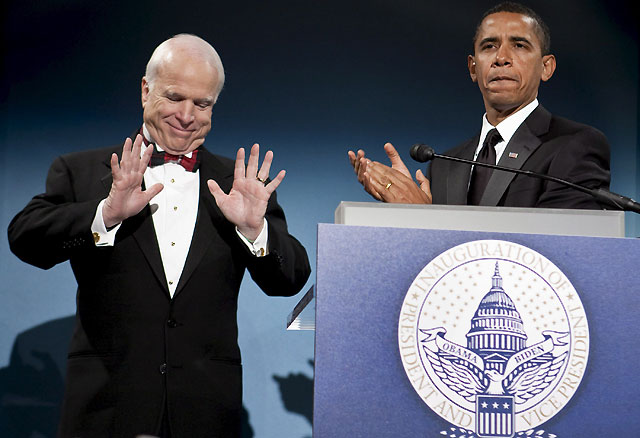Obama elogia a McCain durante una cena en su honor antes de la investidura