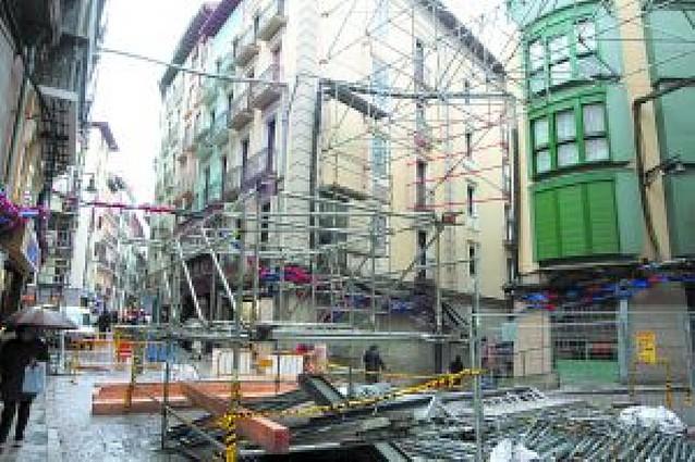 Las obras de reurbanización del Casco Viejo causan grietas en un edificio de Mercaderes
