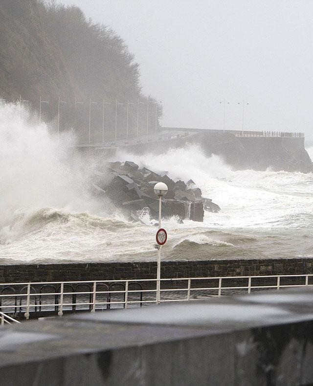 El Cantábrico recibe el peor temporal del invierno, con vientos de 150 kilómetros por hora