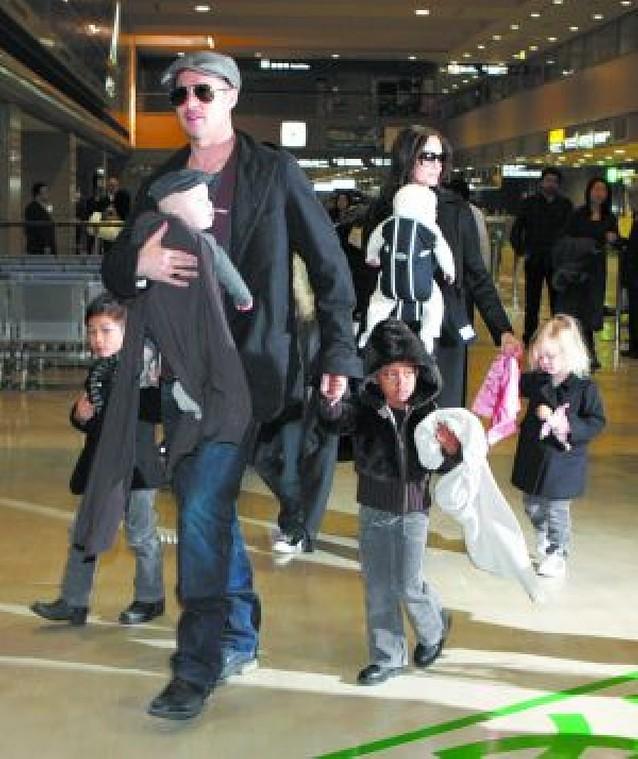 Brad Pitt y Angelina Jolie viajan a Japón con sus seis hijos