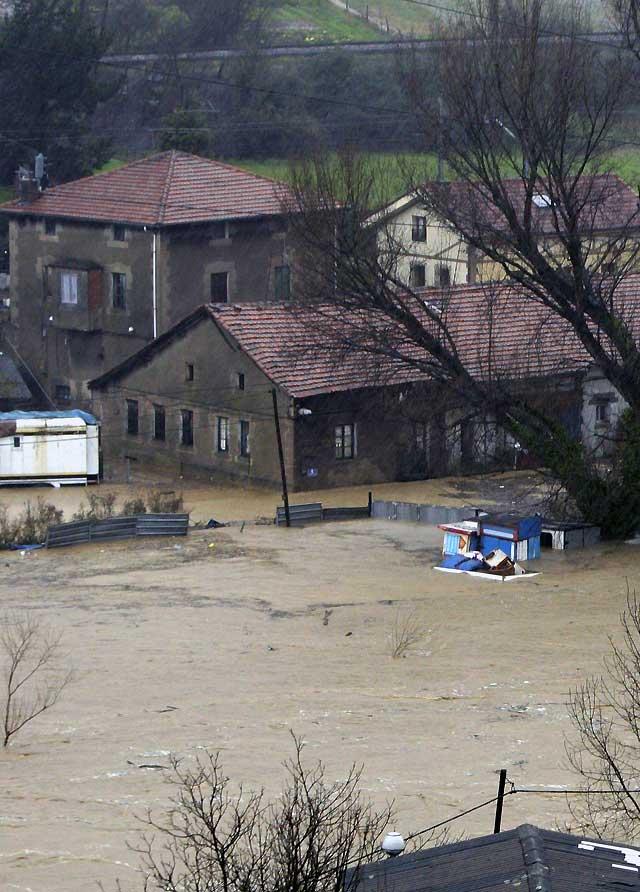 El Nervión, a punto de desbordarse en Bilbao