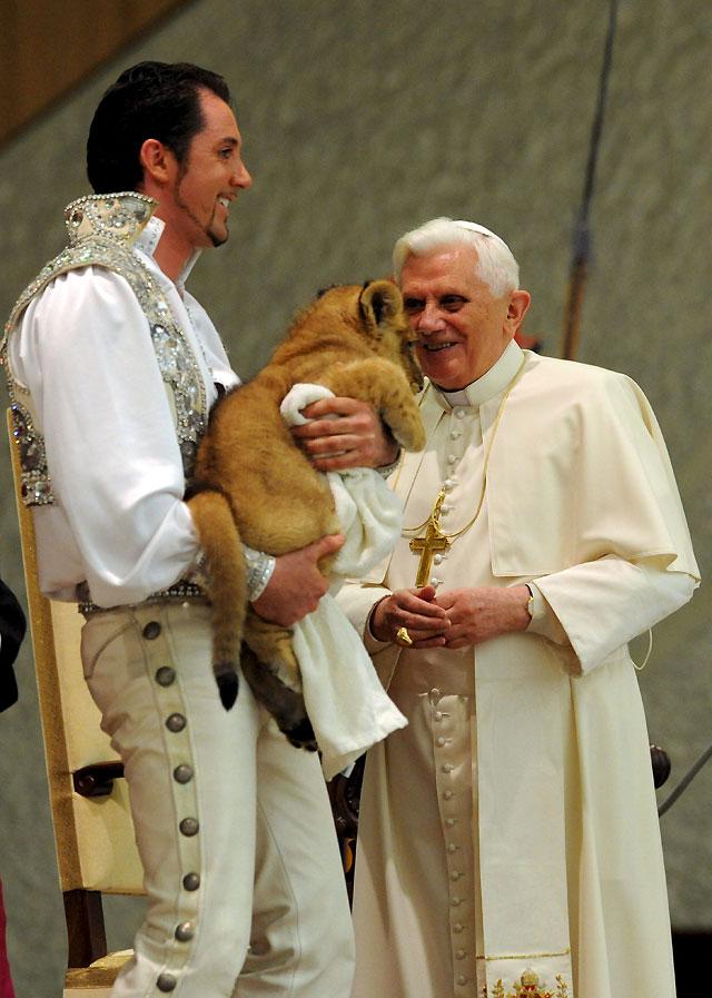Sorprenden al Papa con una actuación circense en la audiencia general
