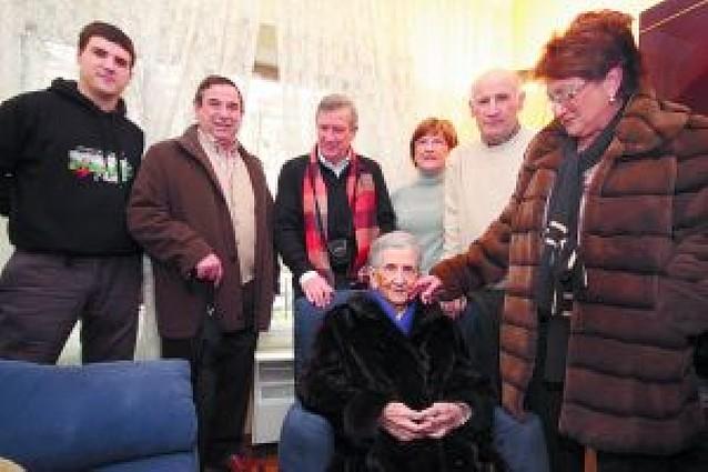 Julia Ichaso Elizalde celebró sus cien años de vida rodeada de sus familiares