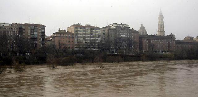Zaragoza, pendiente del Ebro